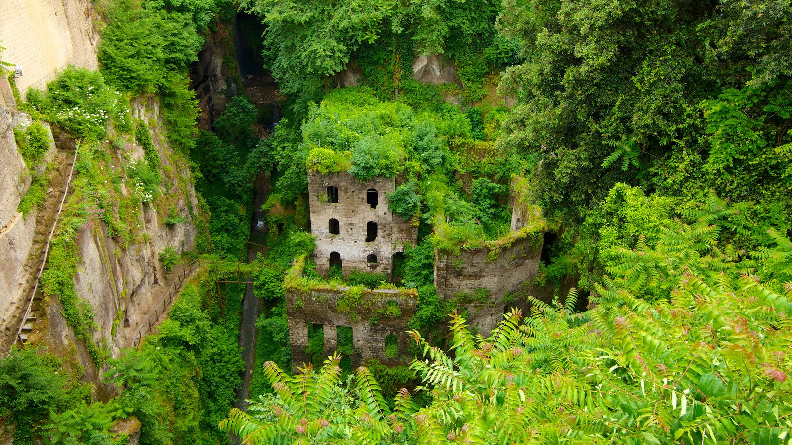 Deep Valley of the Mills which includes heritage architecture, building ruins and landscape views