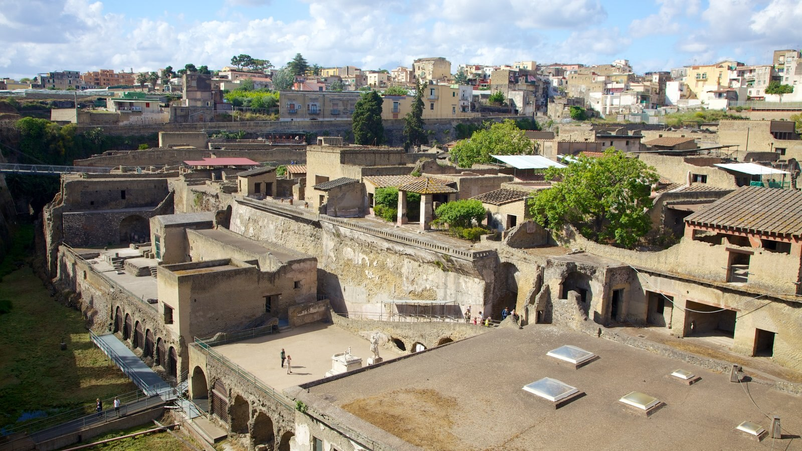 Ercolano which includes a city and landscape views
