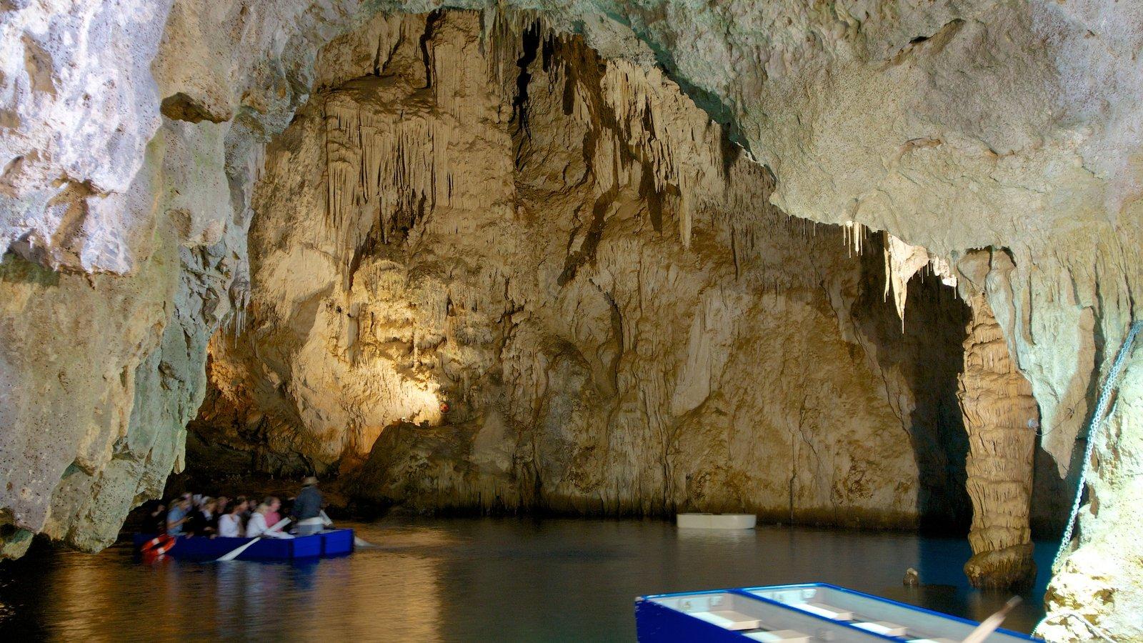 Emerald Grotto mostrando vistas internas, cavernas e canoagem