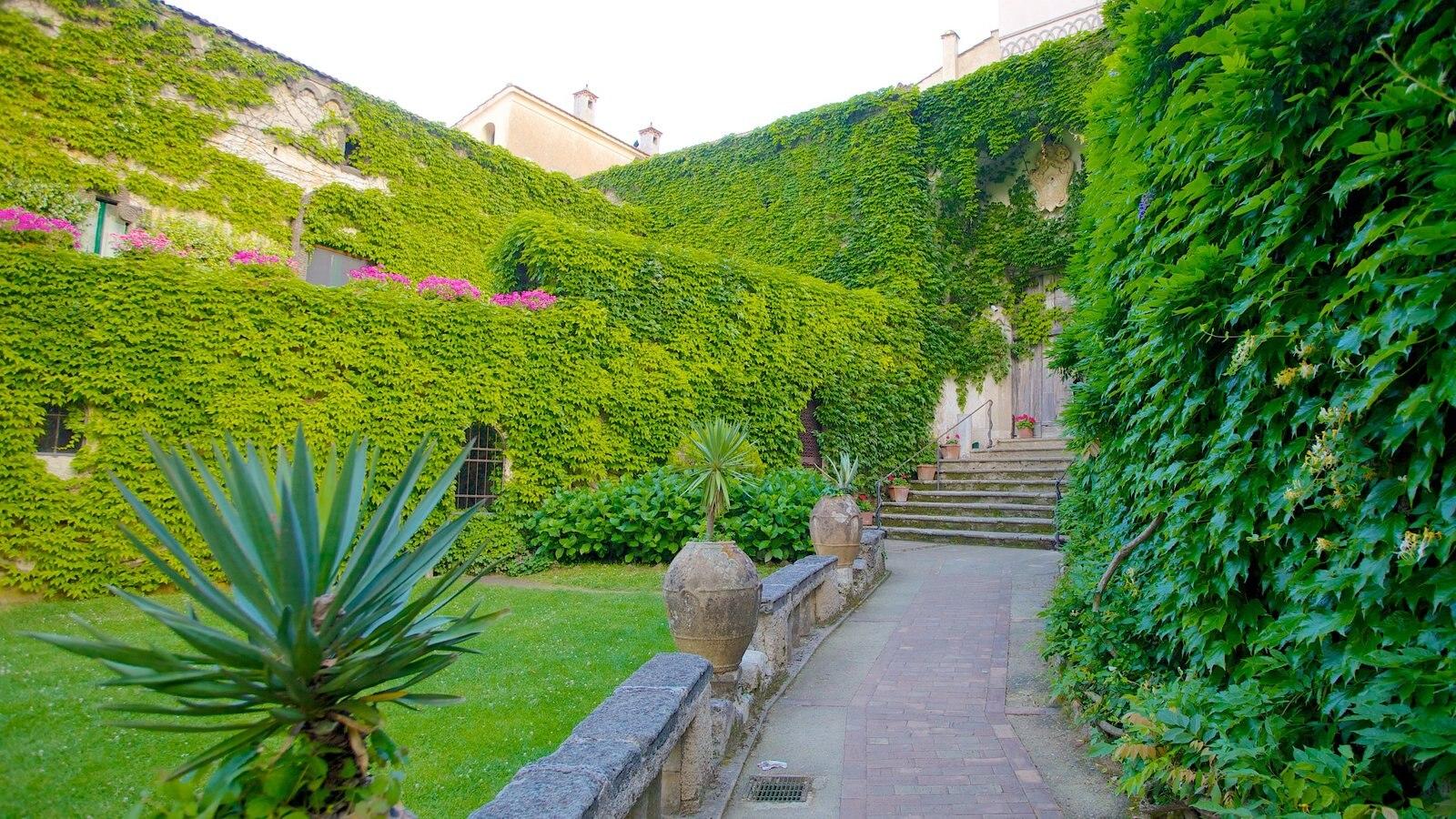Costa de Amalfi mostrando uma cidade e um jardim