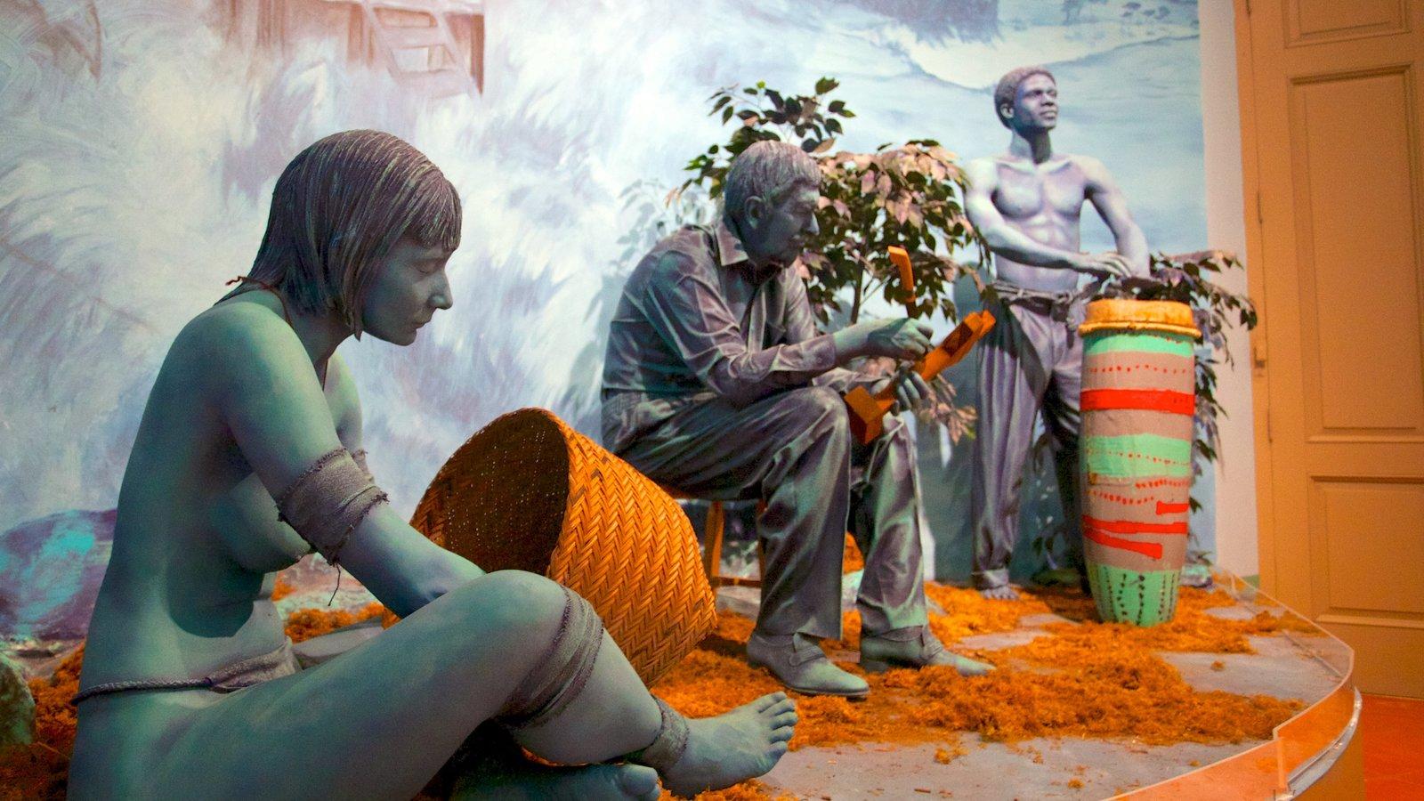 Museo de Las Americas caracterizando uma estátua ou escultura e vistas internas
