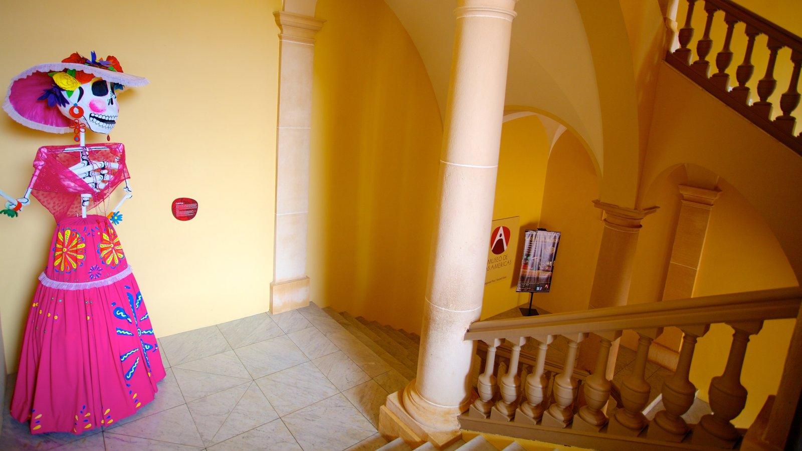 Museo de Las Americas mostrando uma estátua ou escultura e vistas internas