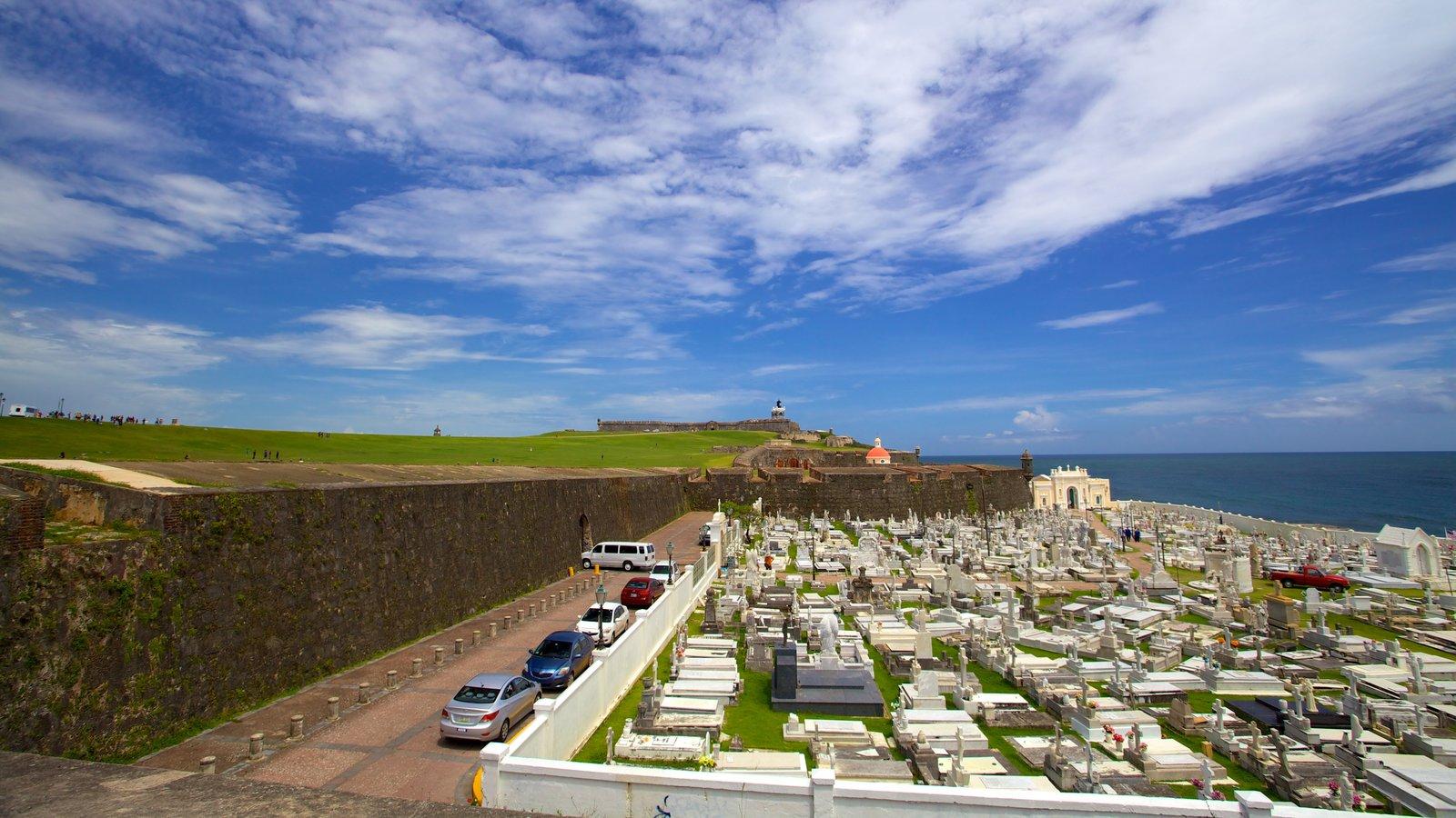 Castillo San Felipe del Morro mostrando paisagens litorâneas, elementos de patrimônio e um cemitério