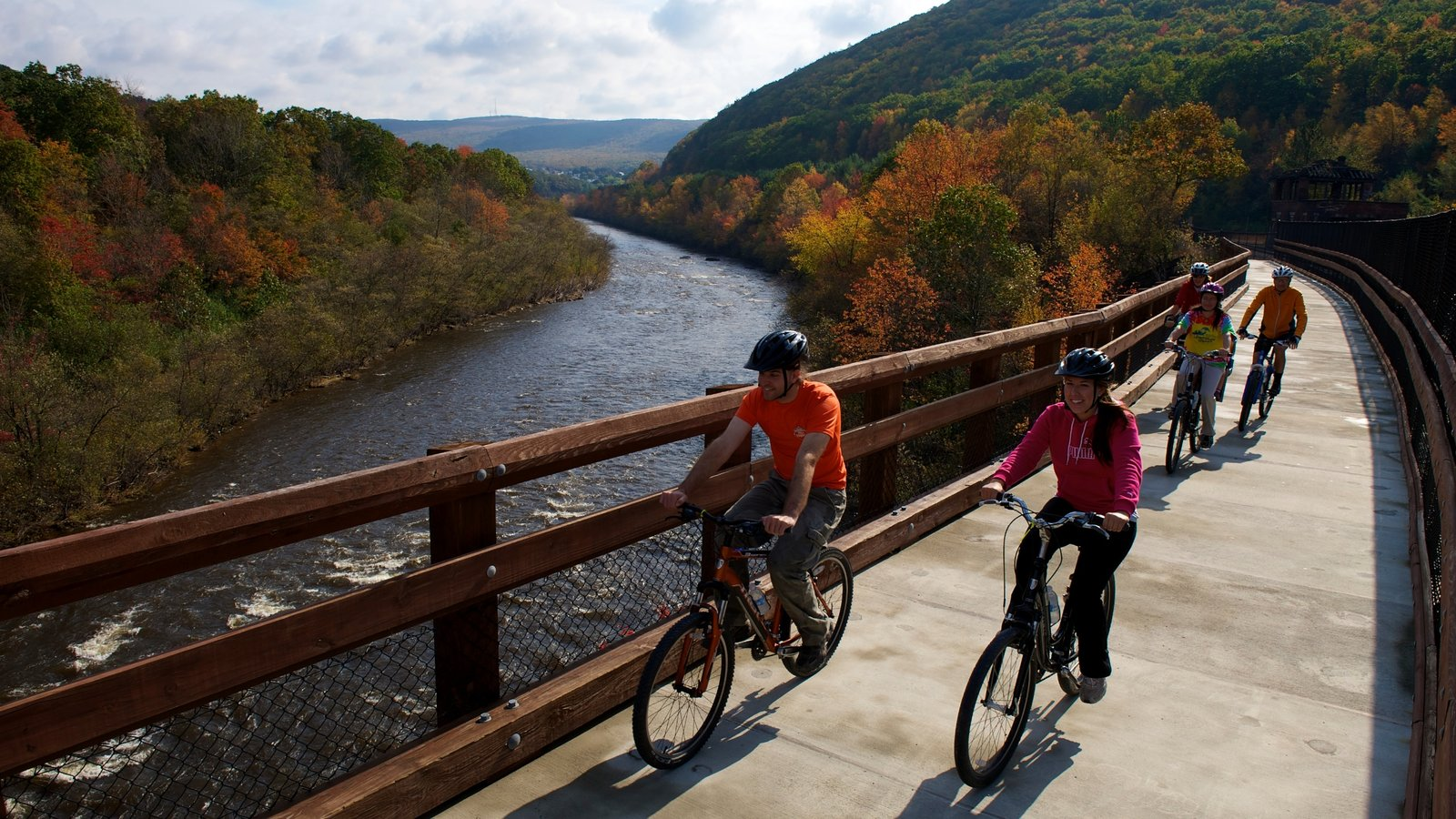 Poconos caracterizando folhas de outono, ciclismo e cenas tranquilas