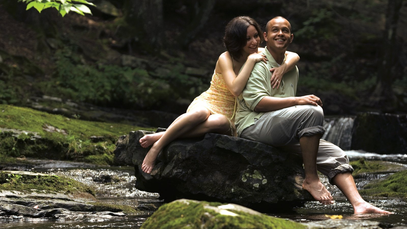 Poconos que inclui um rio ou córrego assim como um casal