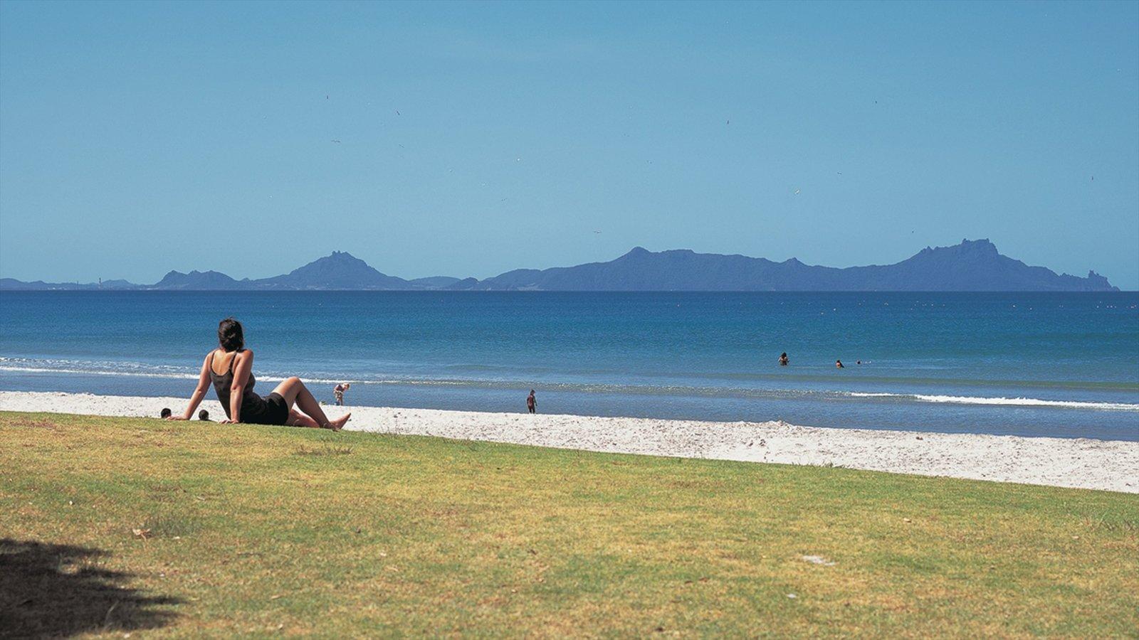 Whangarei mostrando vistas generales de la costa, natación y una playa de arena