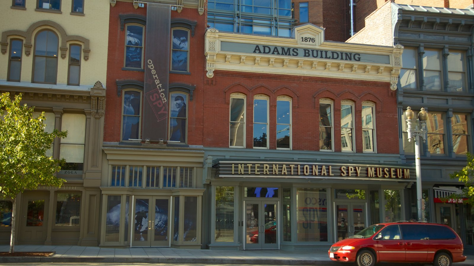 International Spy Museum mostrando sinalização e uma cidade