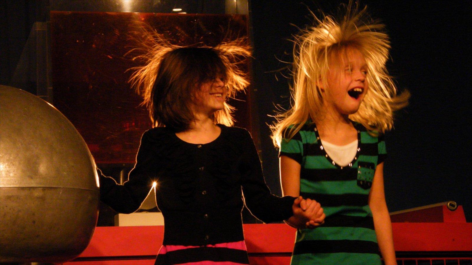 Ontario Science Centre caracterizando vistas internas assim como crianças