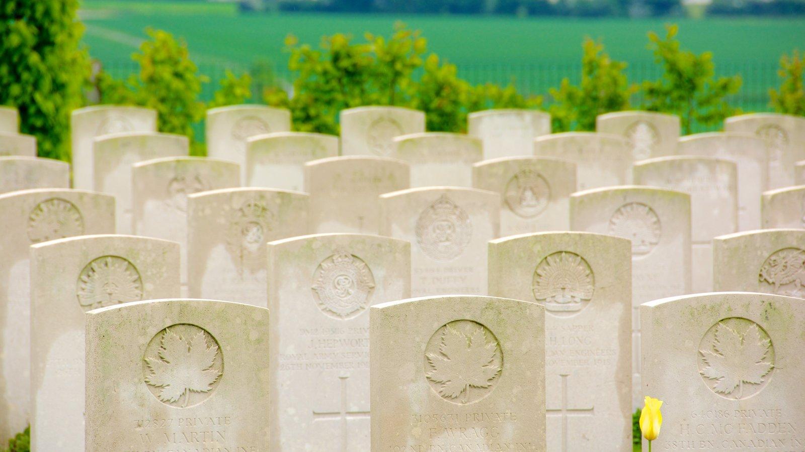 Villers-Bretonneux que inclui um cemitério, sinalização e um memorial