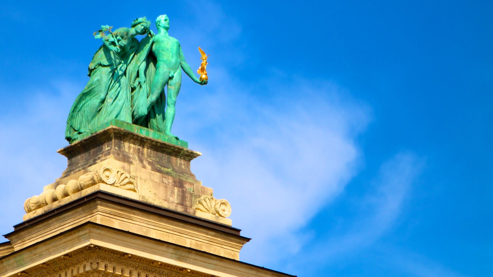 Praça dos Heróis caracterizando uma estátua ou escultura e elementos de patrimônio