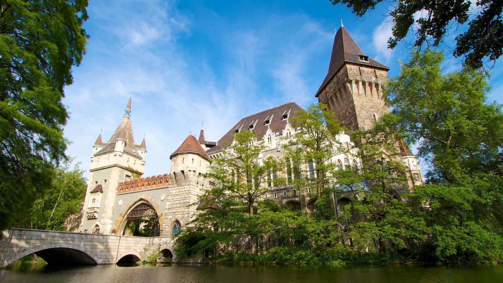 Parque municipal mostrando um rio ou córrego e um castelo