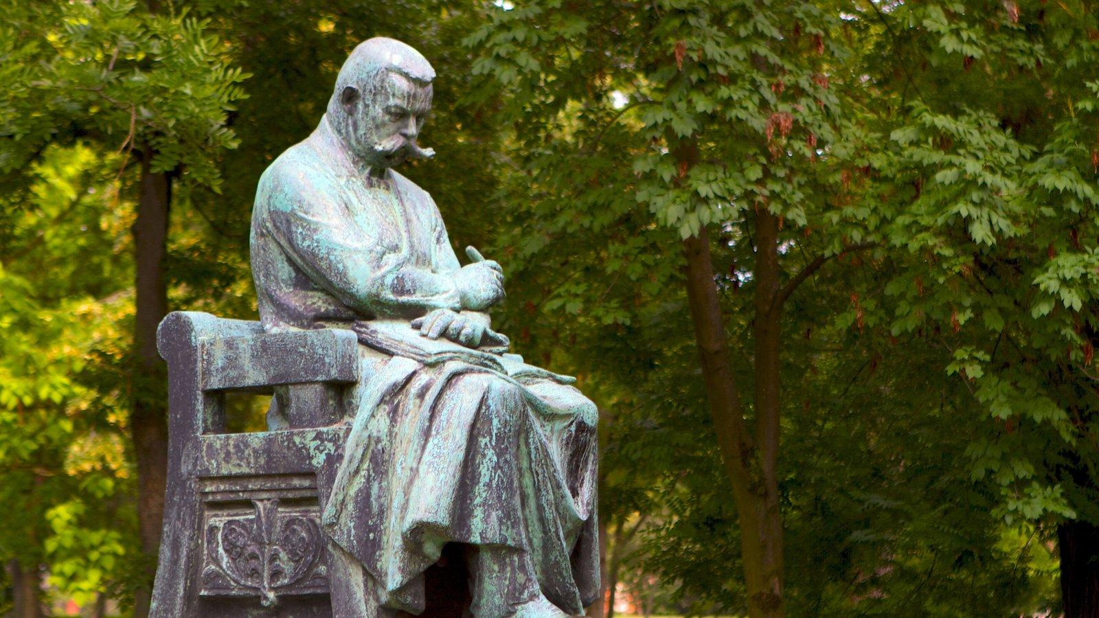 Parque municipal caracterizando uma estátua ou escultura e um parque