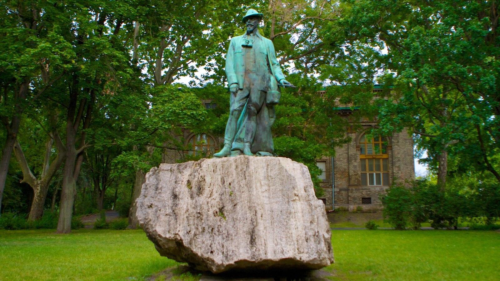 Parque municipal caracterizando uma estátua ou escultura e um jardim