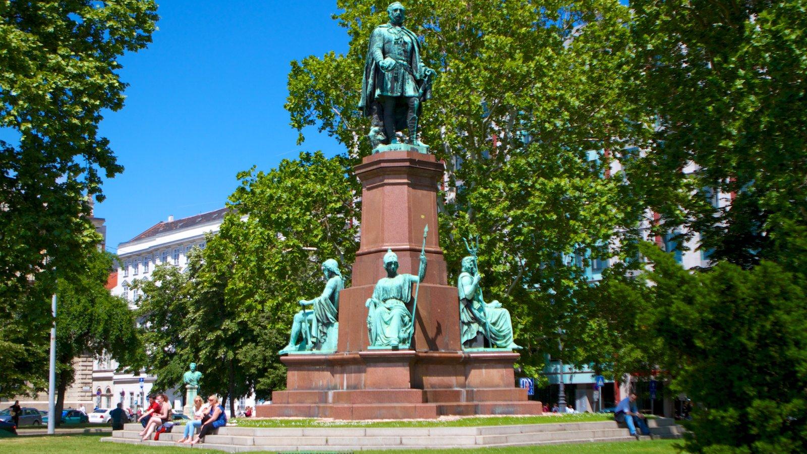 Széchenyi István tér que inclui uma praça ou plaza, um monumento e uma cidade