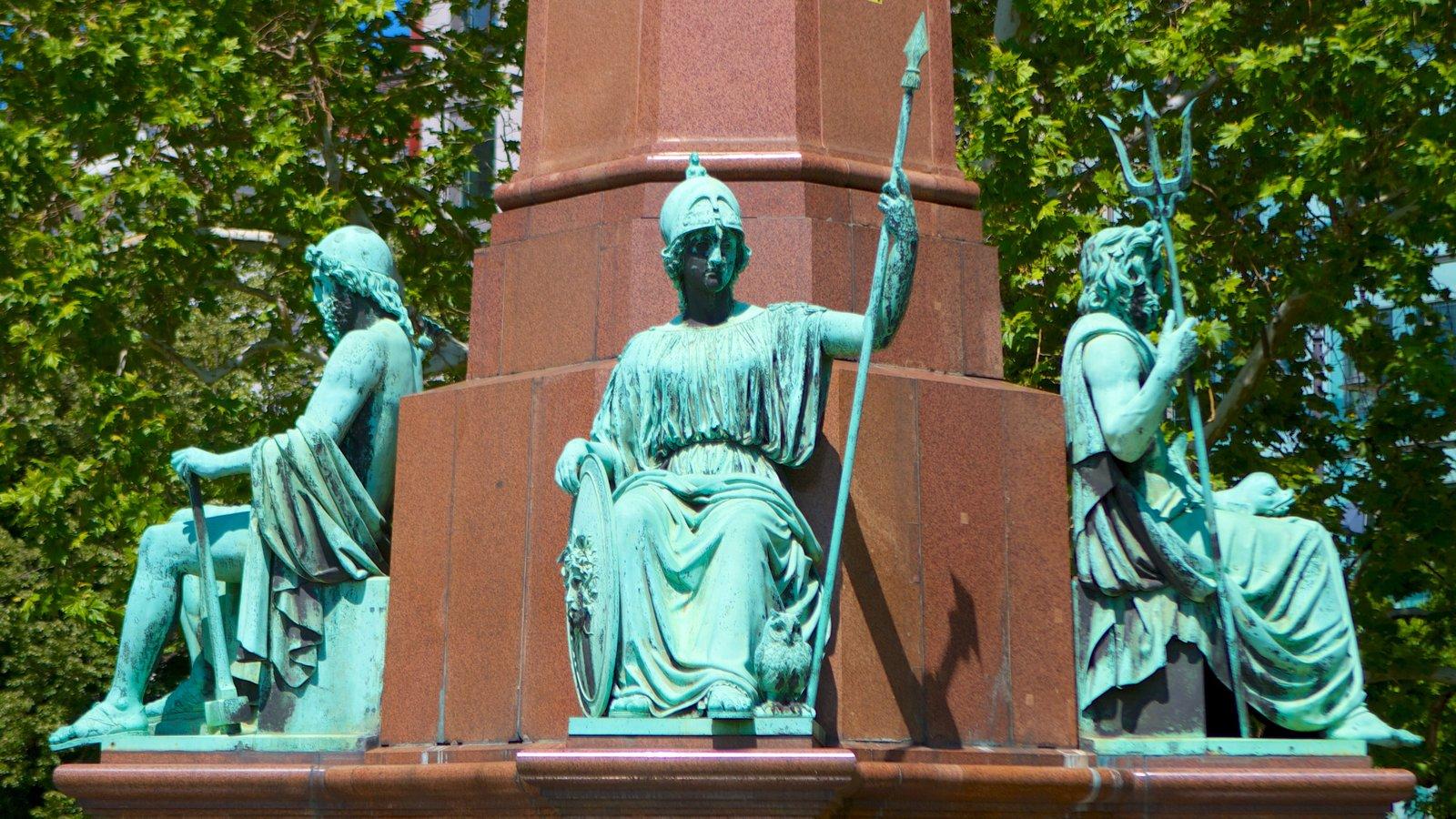 Széchenyi István tér mostrando uma estátua ou escultura, uma praça ou plaza e um monumento