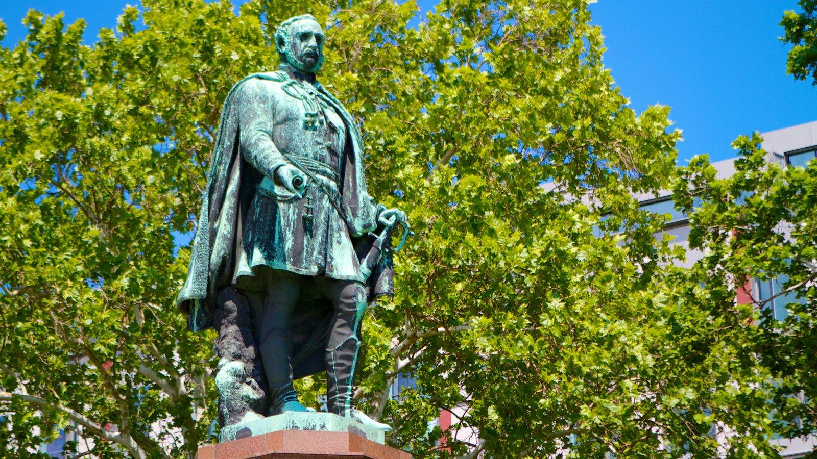 Széchenyi István tér que inclui uma praça ou plaza, uma estátua ou escultura e um monumento