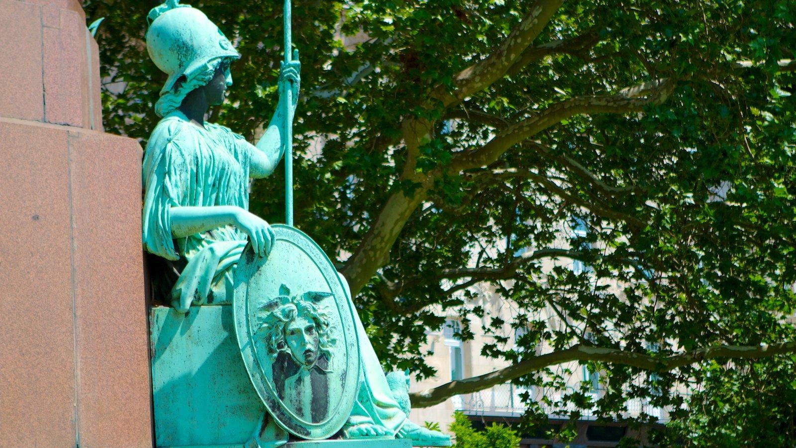 Széchenyi István tér que inclui uma estátua ou escultura e um jardim
