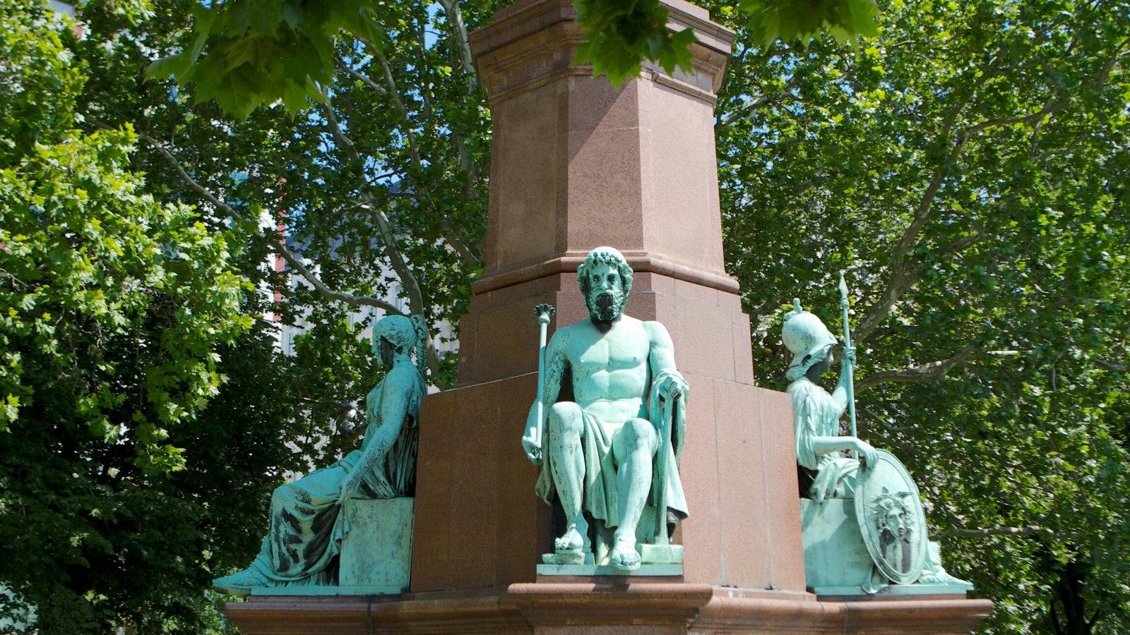 Széchenyi István tér que inclui um monumento e uma estátua ou escultura