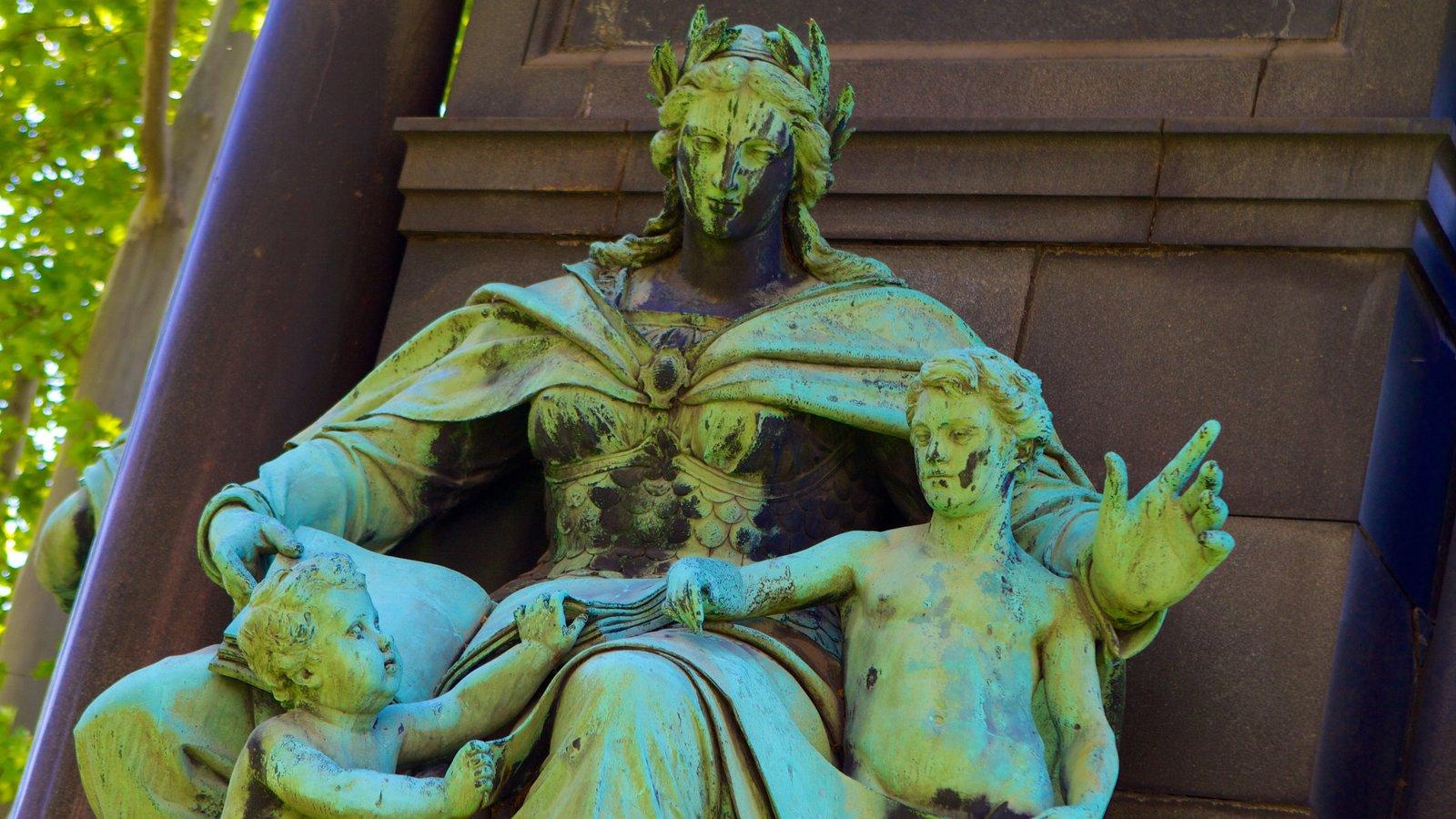 Széchenyi István tér que inclui uma estátua ou escultura e arte ao ar livre