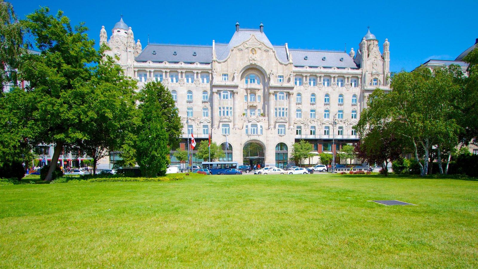 Széchenyi István tér caracterizando uma praça ou plaza, arquitetura de patrimônio e um pequeno castelo ou palácio