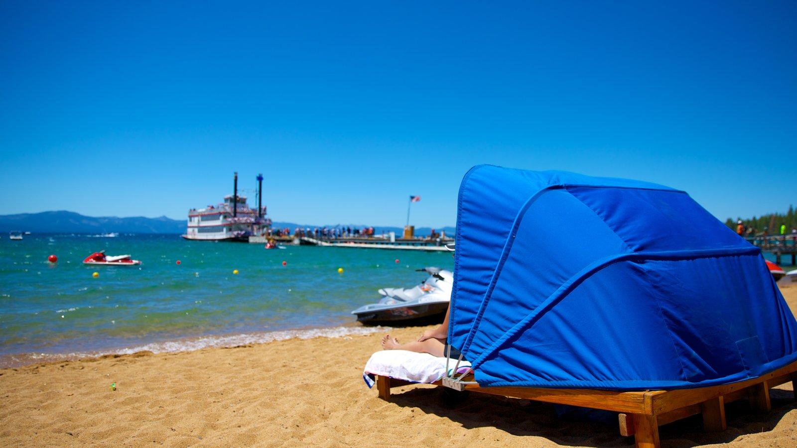Zephyr Cove Beach caracterizando uma praia de areia, canoagem e moto aquática