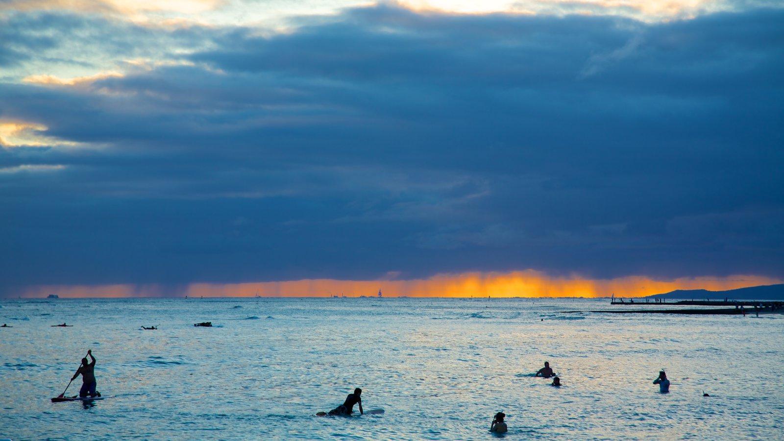 Honolulú mostrando vistas generales de la costa, olas y una puesta de sol