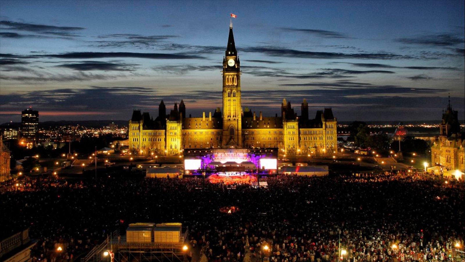 Parliament Hill que inclui arquitetura de patrimônio, cenas noturnas e uma cidade