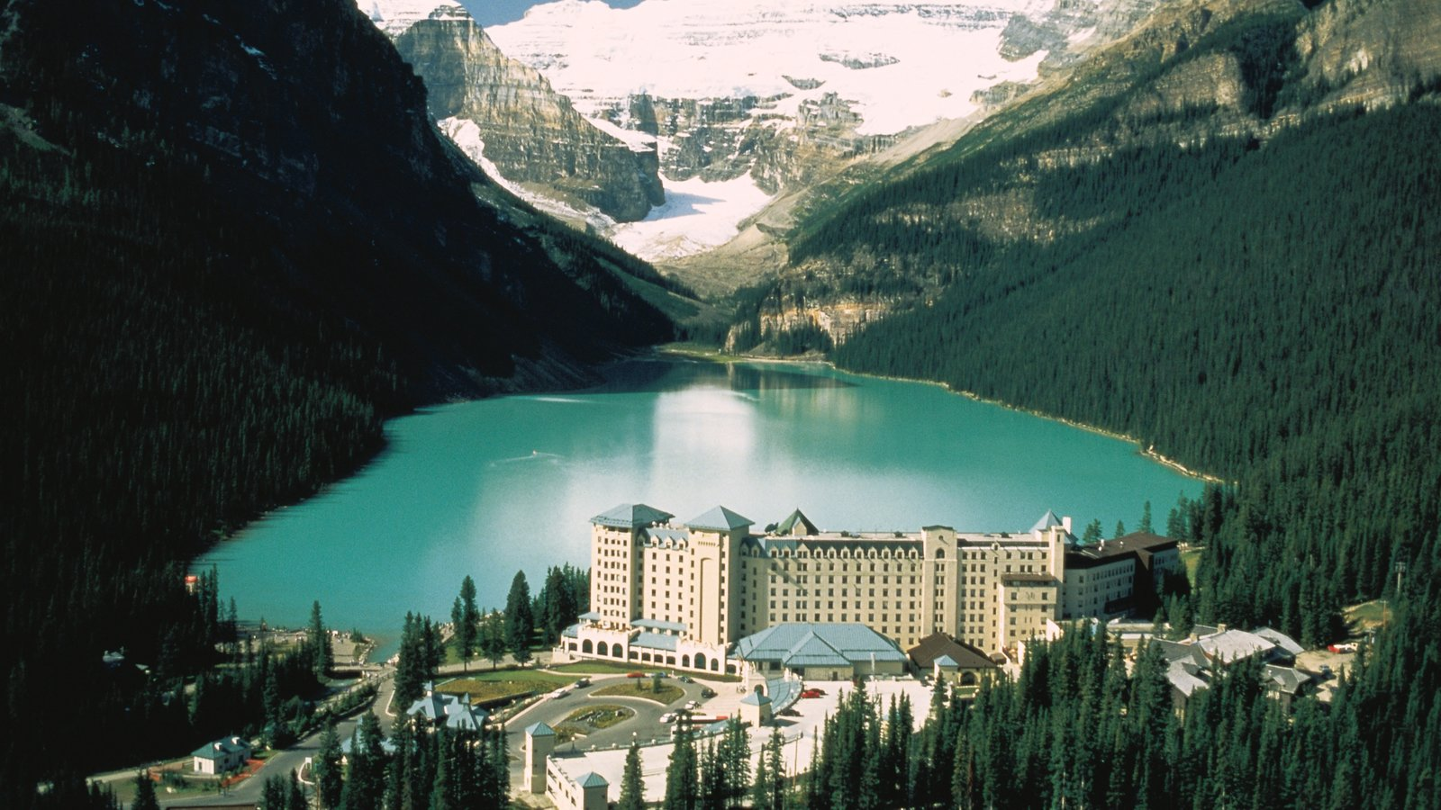 Lake Louise showing mountains, a park and a lake or waterhole