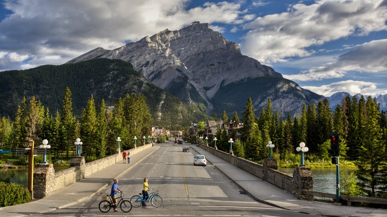 Banff which includes mountains