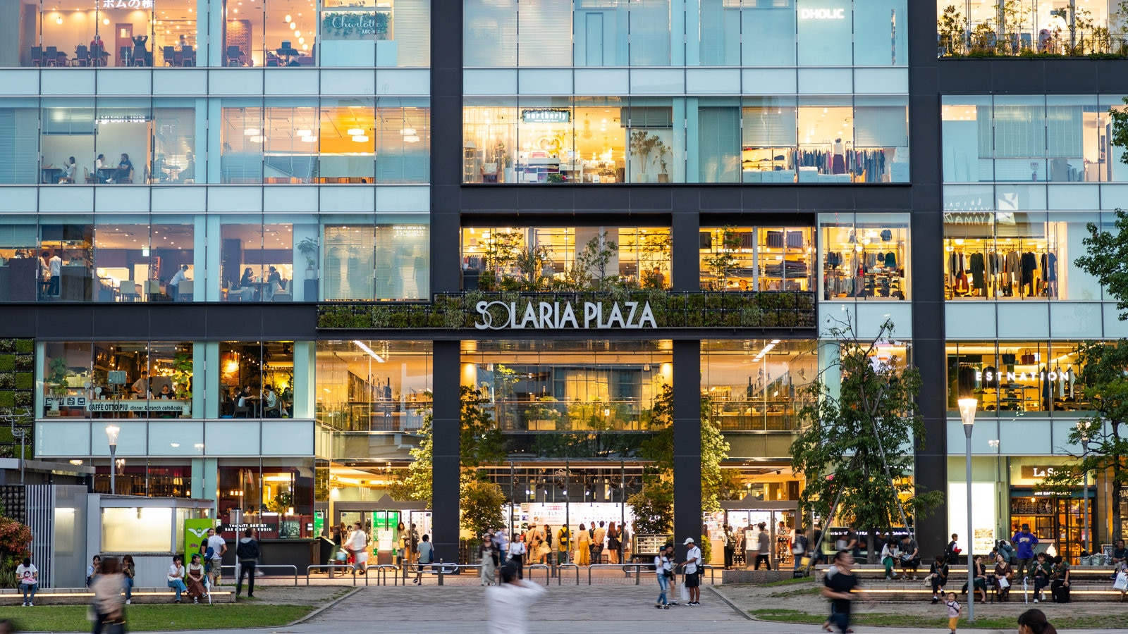 Solaria Plaza showing signage and street scenes