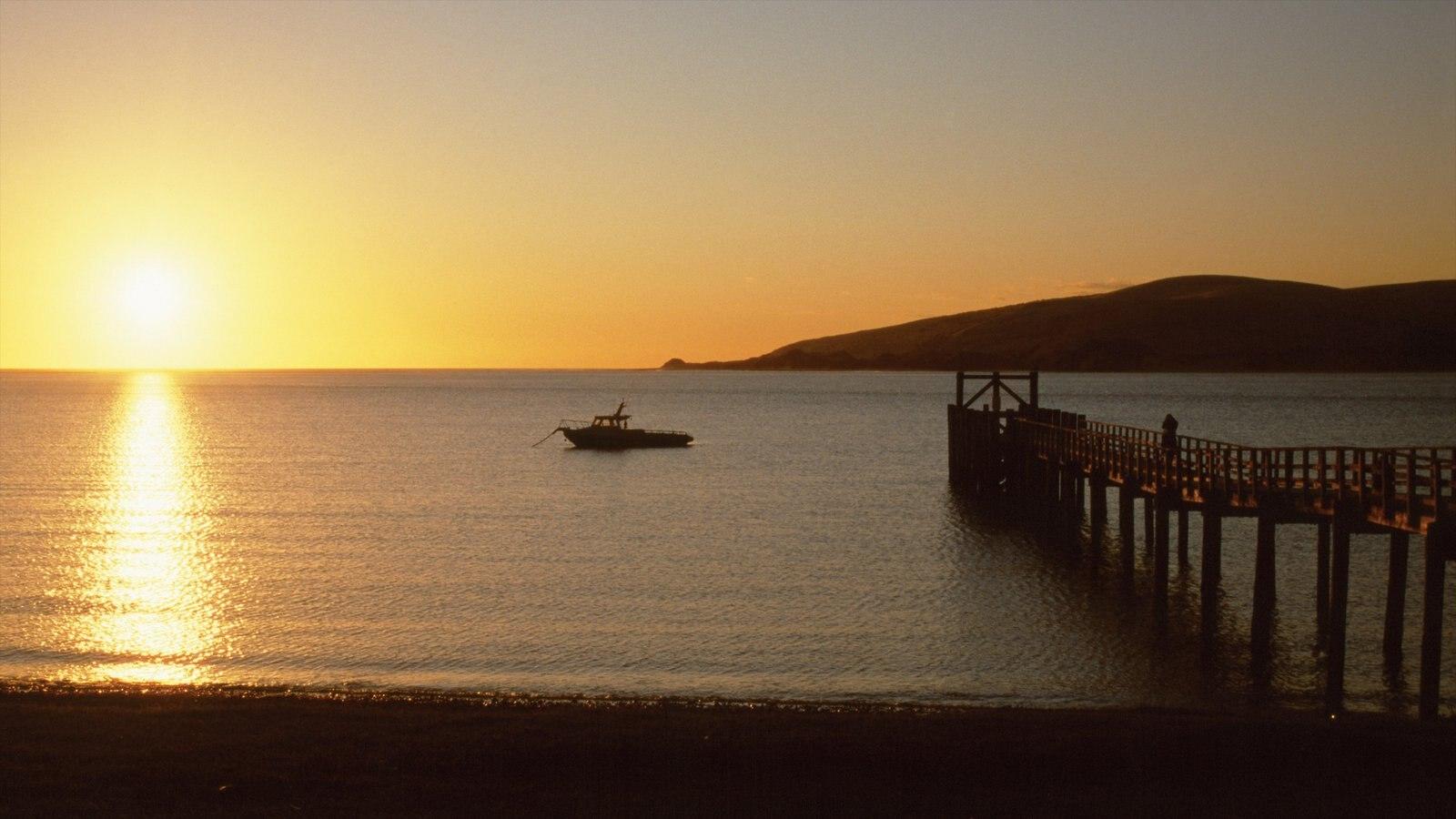 Hokianga Harbour ofreciendo vistas de paisajes, vistas generales de la costa y una puesta de sol