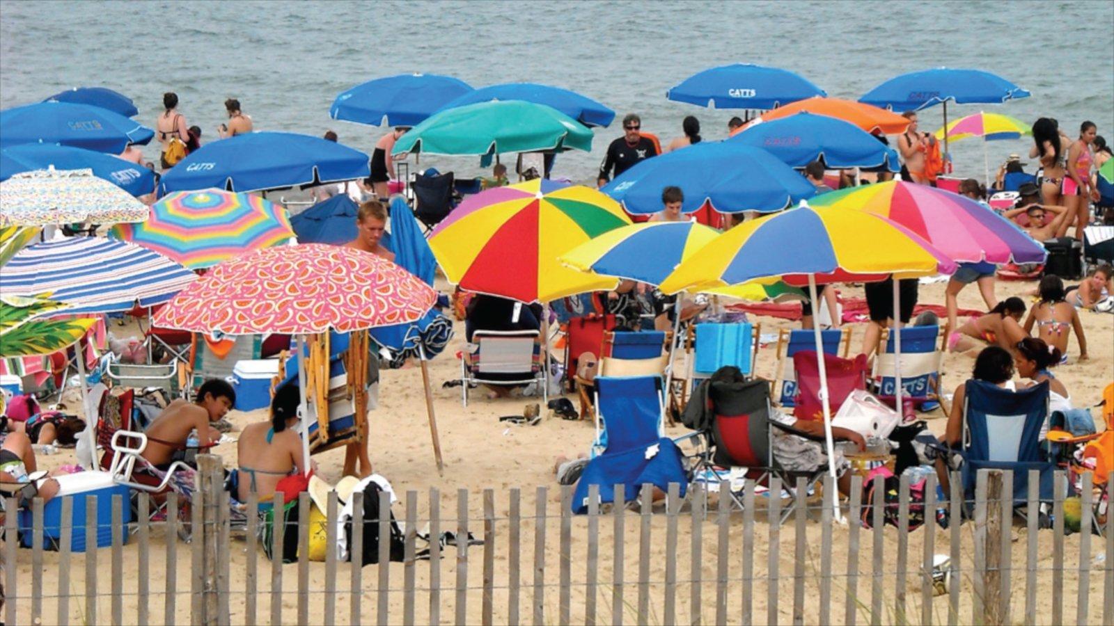Dewey Beach ofreciendo una playa y también un gran grupo de personas