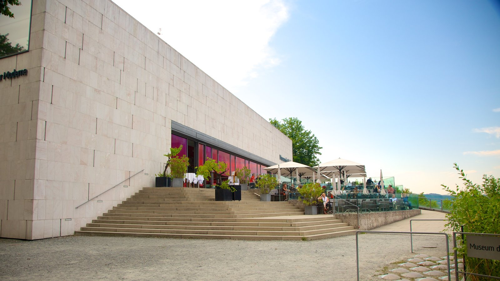 Museo de Arte Moderno Mönchsberg que incluye arquitectura moderna