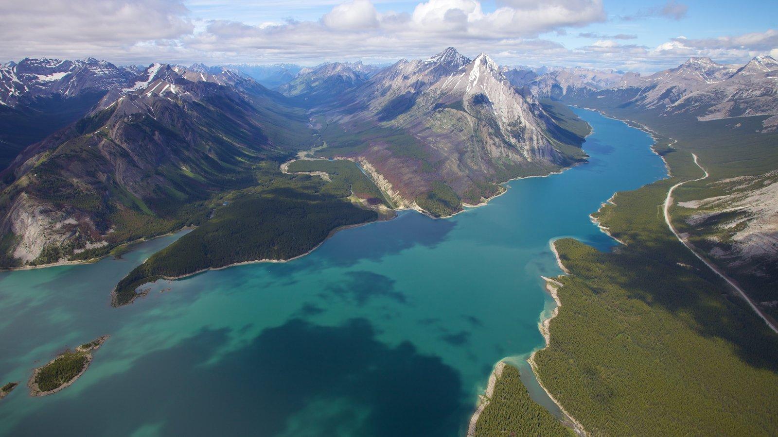 Icefields Parkway que incluye escenas tranquilas, montañas y vistas de paisajes