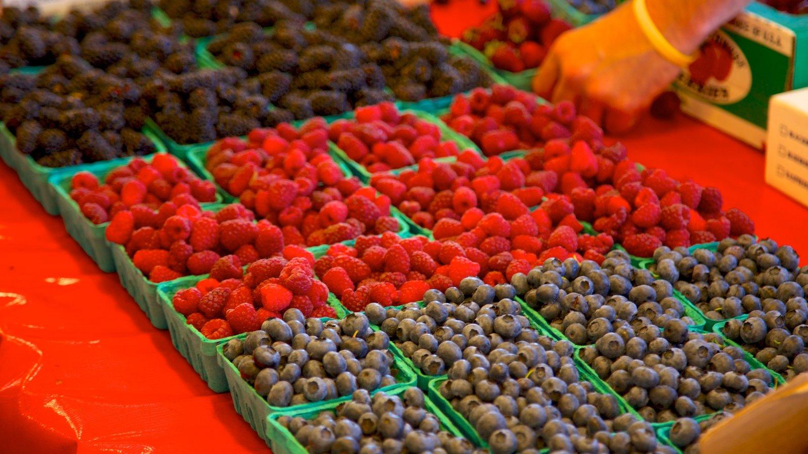 Pike Place Market que incluye comida, mercados y vistas interiores