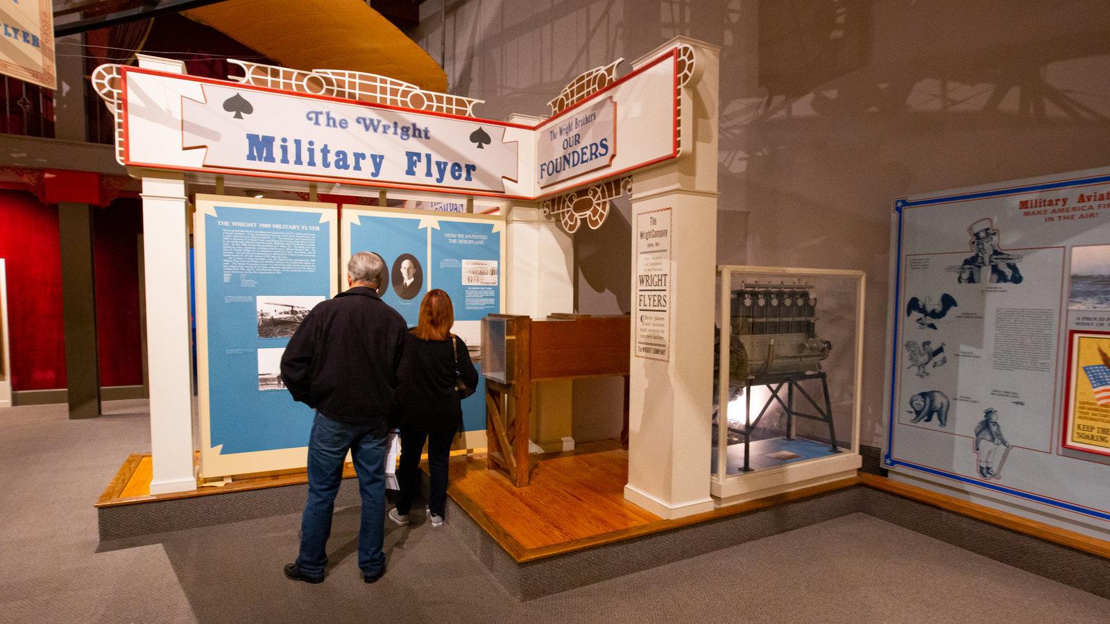 Air and Space Museum caracterizando vistas internas assim como um casal