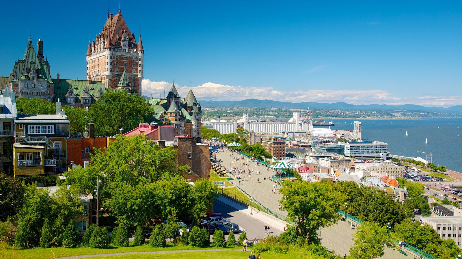 Terraza Dufferin de Parks Canada mostrando vistas generales de la costa, un castillo y una ciudad