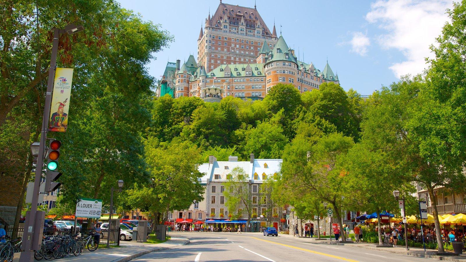 Casco antiguo de Quebec ofreciendo patrimonio de arquitectura, horizonte y castillo o palacio