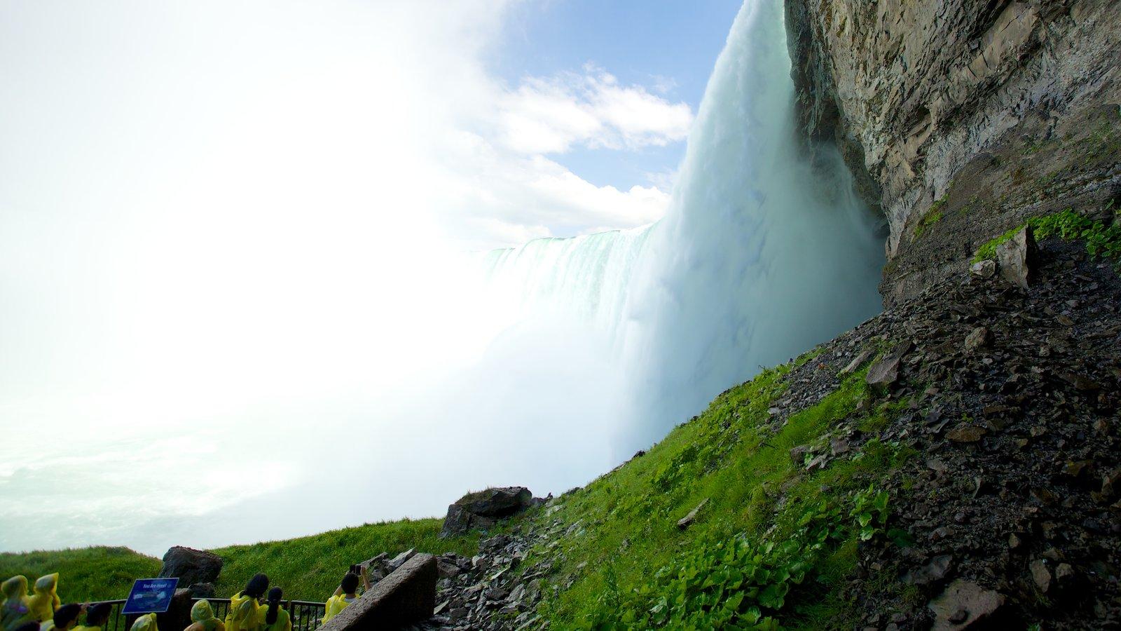Journey Behind The Falls mostrando paisagens e uma cachoeira