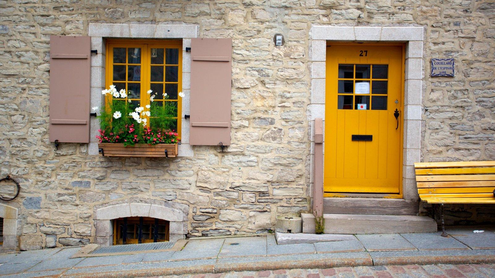 Place Royale caracterizando flores, uma casa e arquitetura de patrimônio
