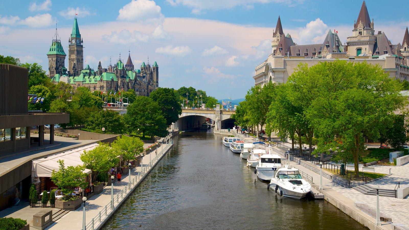 Rideau Canal mostrando un río o arroyo, una ciudad y paseos en lancha