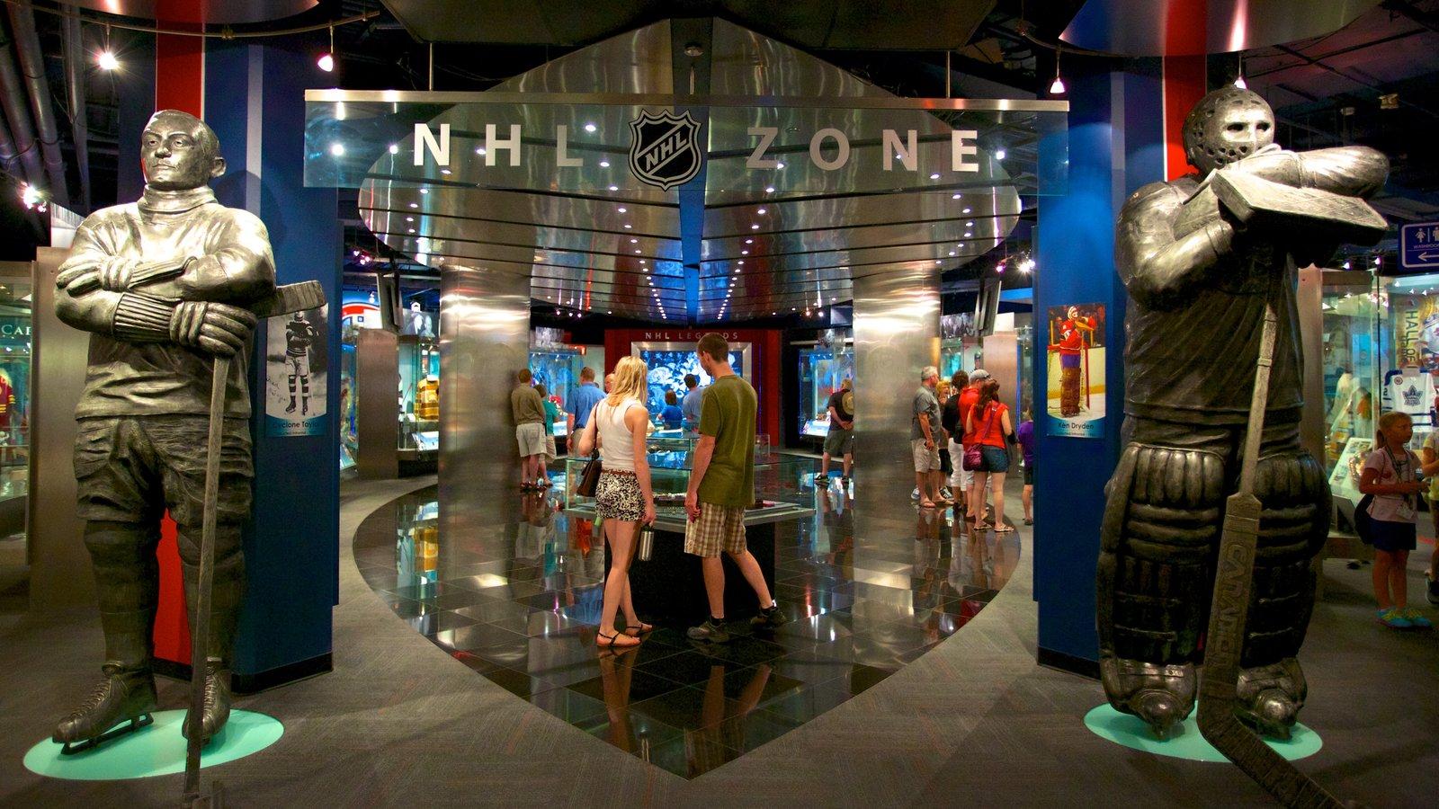 Hockey Hall of Fame caracterizando vistas internas assim como um casal