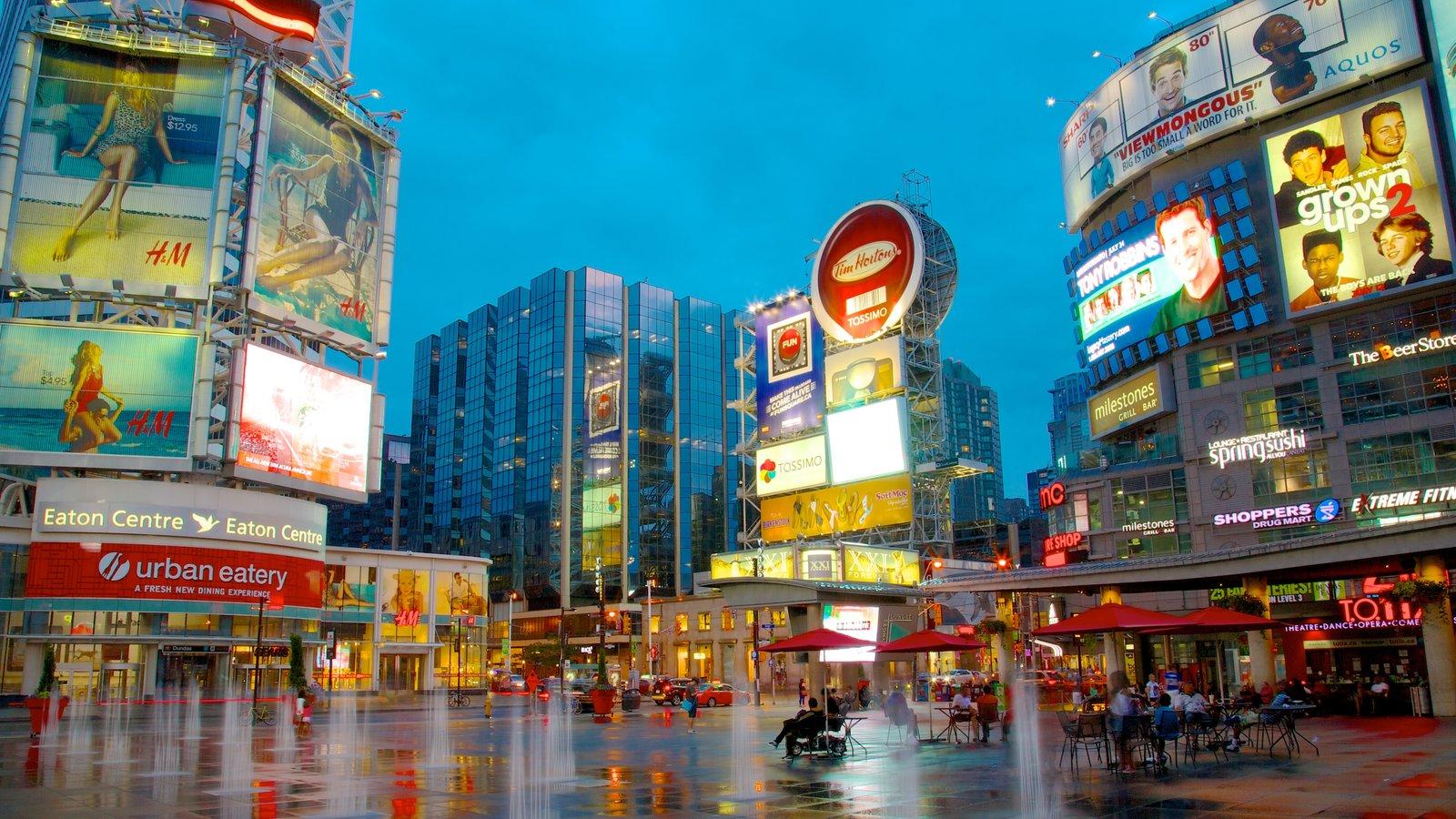 Distrito de compras da Yonge Street que inclui cenas de rua, cbd e uma cidade
