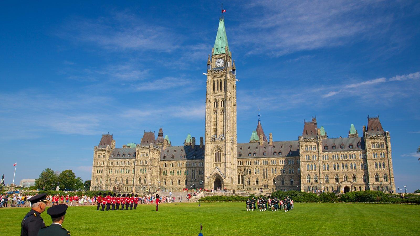 Parliament Hill mostrando arte performática, arquitetura de patrimônio e itens militares