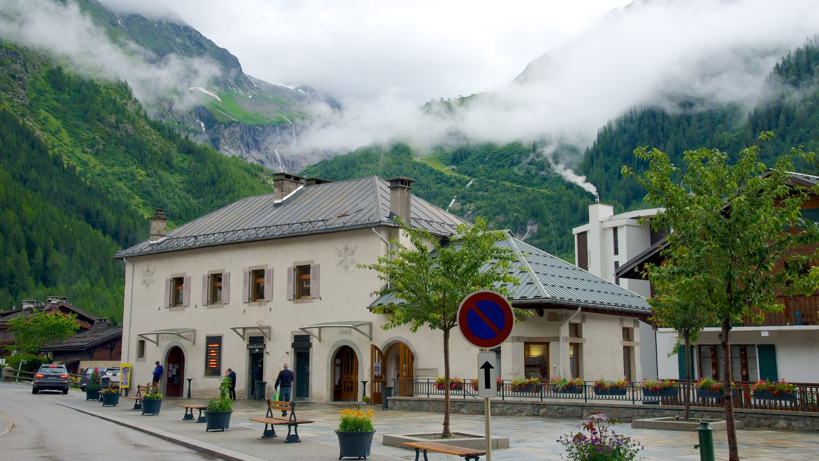 Argentiere showing mountains, heritage elements and a small town or village