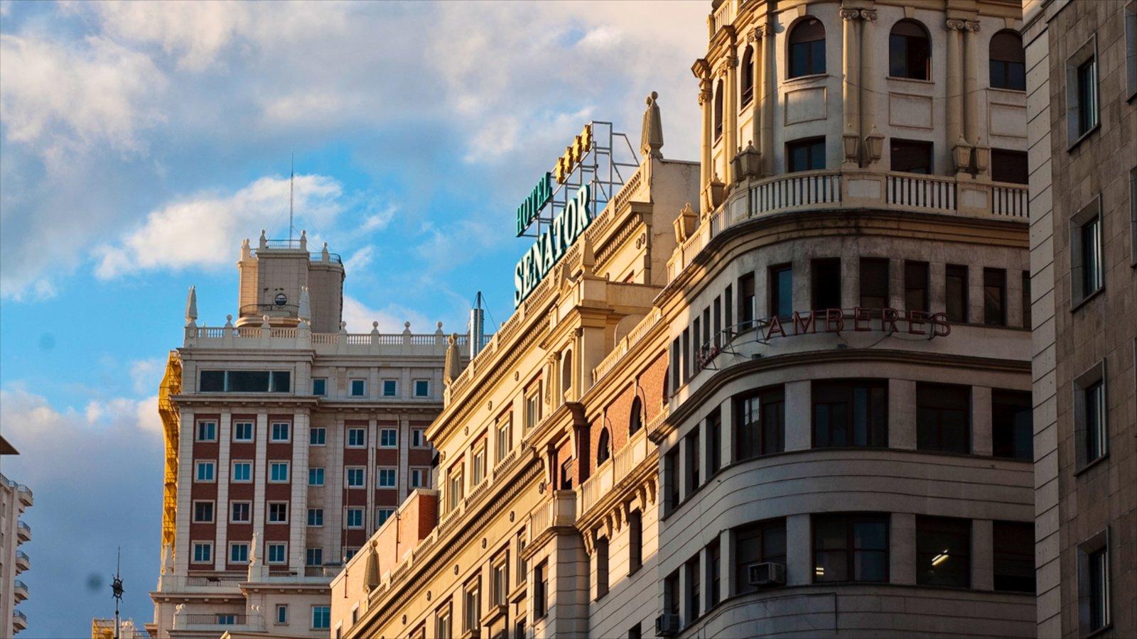 Gran Vía - Puerta del Sol que incluye una ciudad y patrimonio de arquitectura