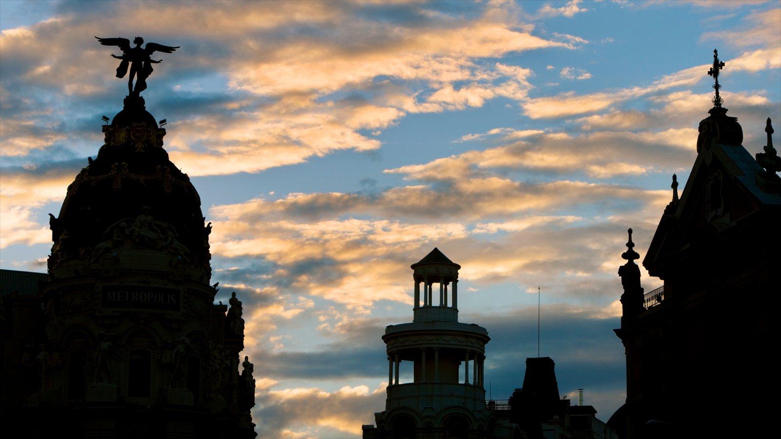 Gran Vía - Puerta del Sol mostrando una iglesia o catedral, una puesta de sol y patrimonio de arquitectura