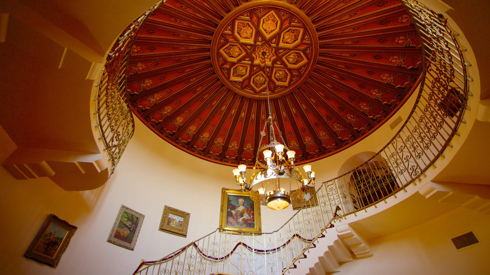 Wrigley Mansion que incluye castillo o palacio y vistas interiores