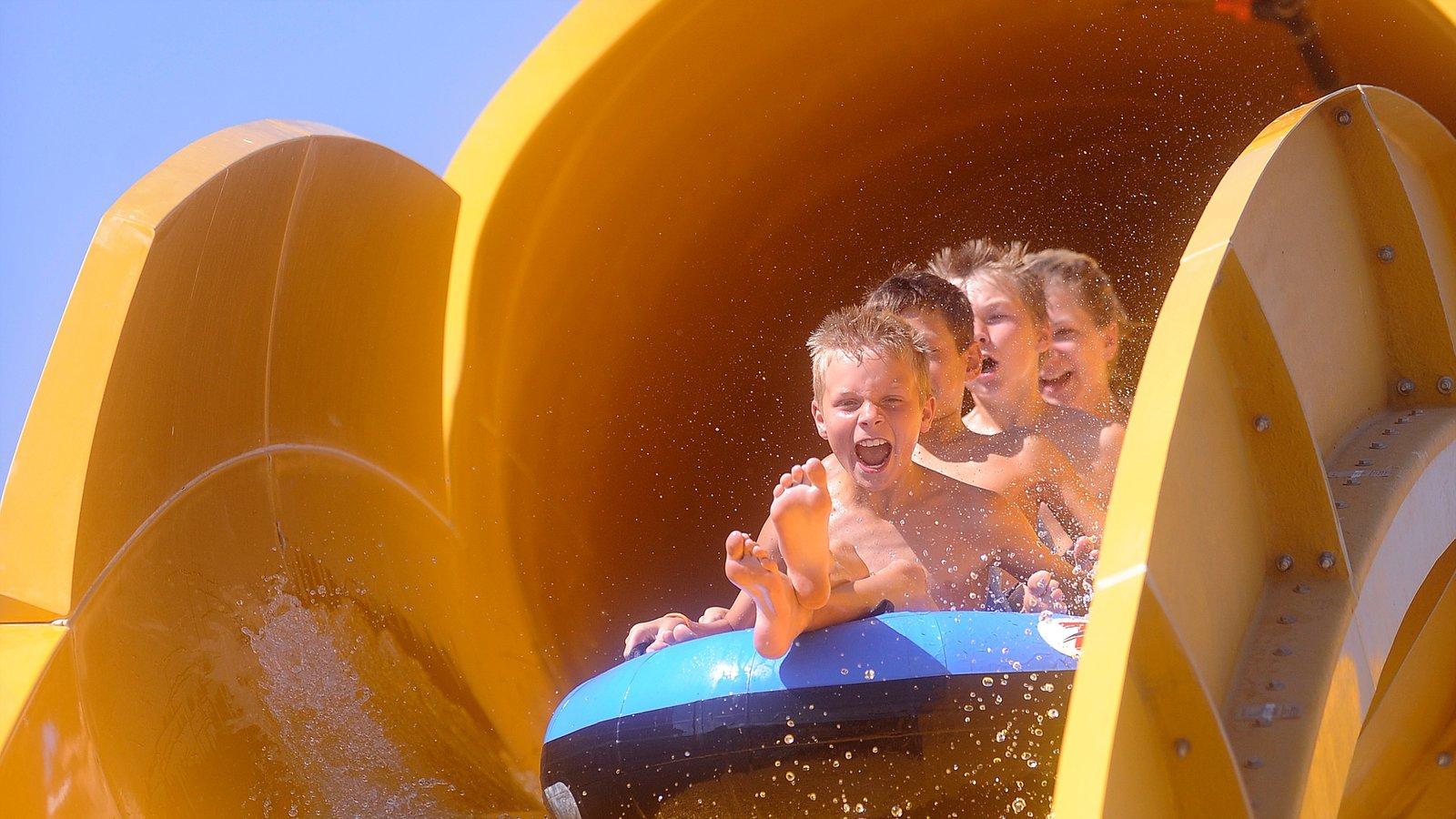 Water World que inclui um parque aquático assim como crianças
