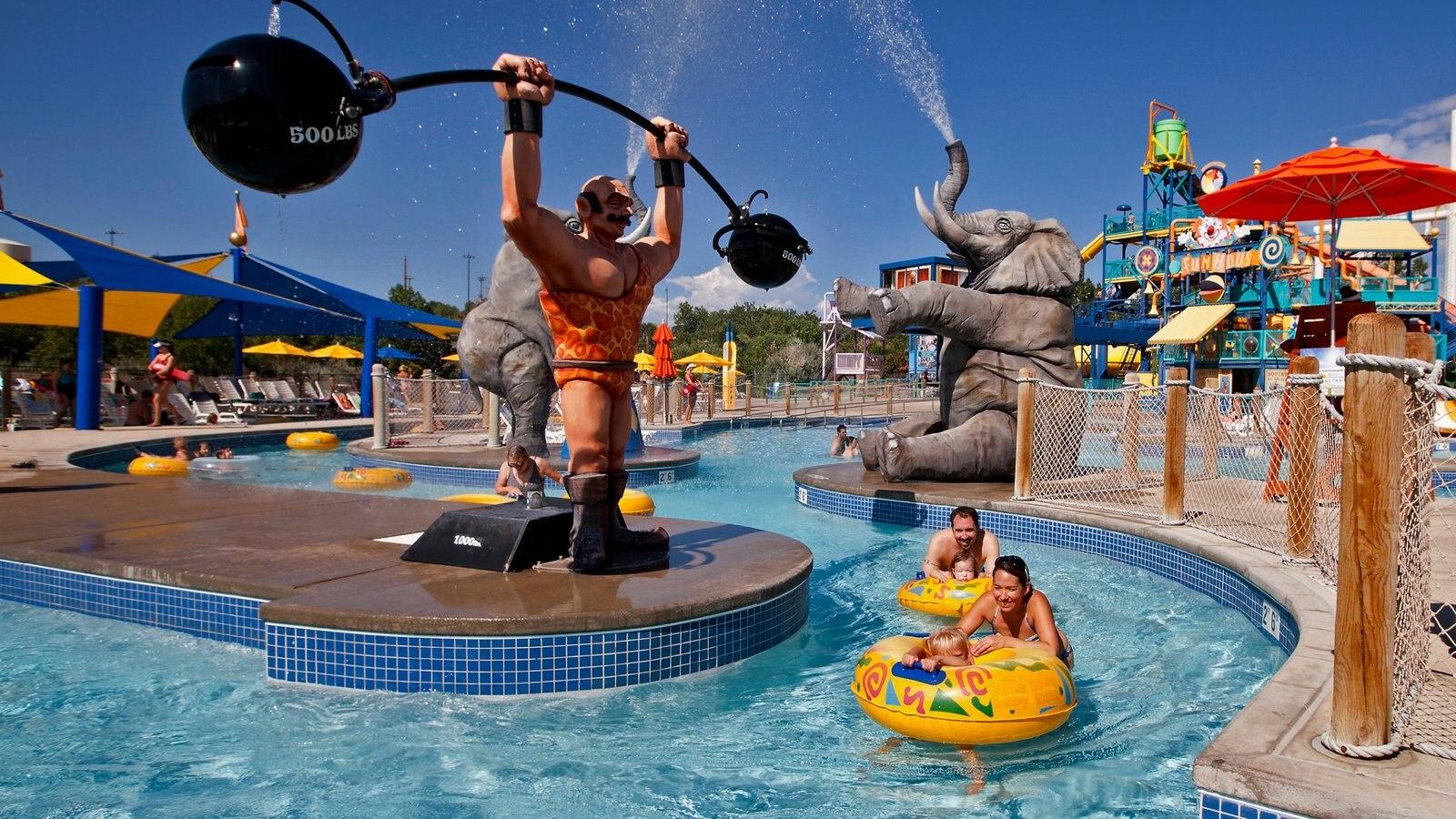 Water World mostrando arte ao ar livre, uma piscina e um parque aquático